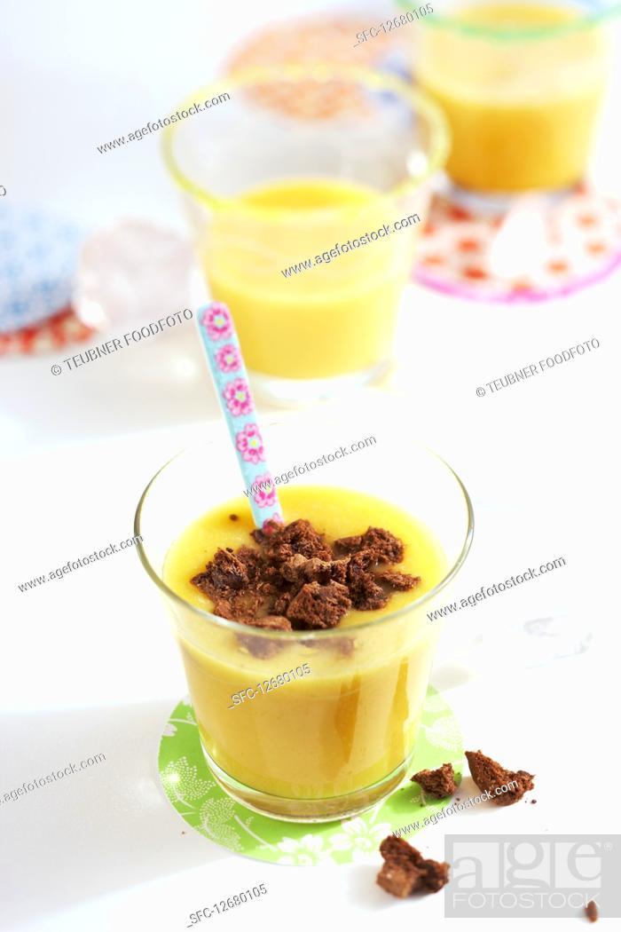 Photo de stock: Papaya smoothie with banana and biscuit crumbs.