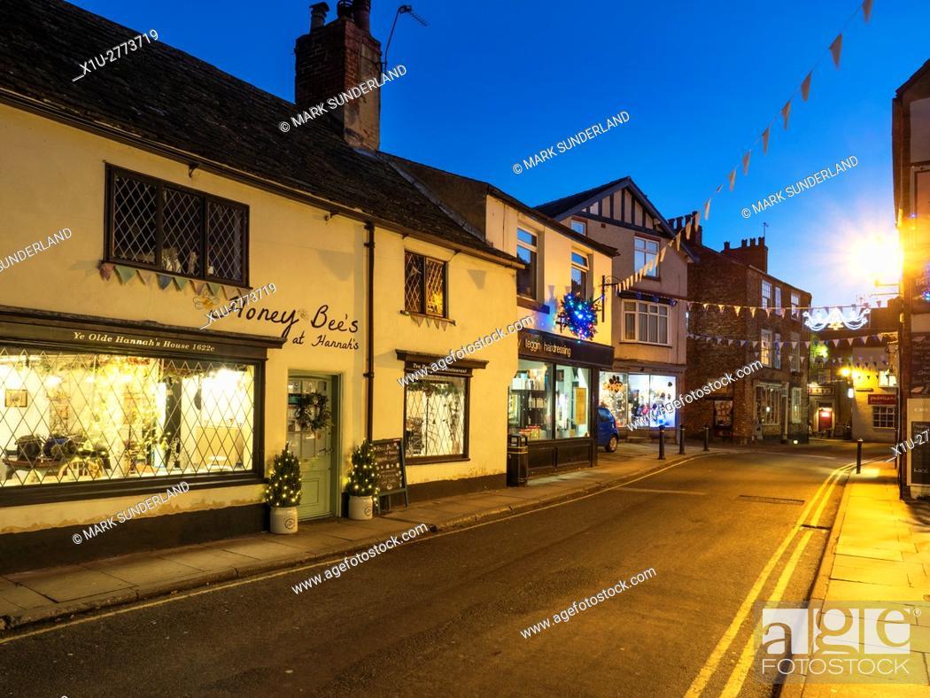 Imagen: Castlegate at Dusk at Christmas Knaresborough North Yorkshire England.