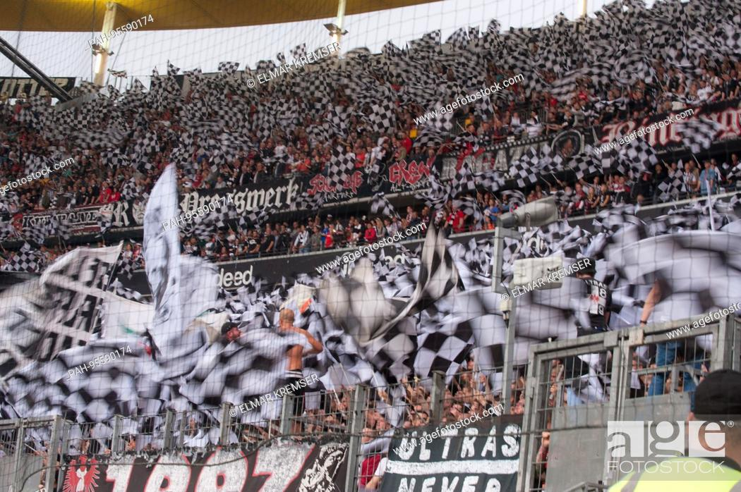 Frankfurter Fans Schwenken Fahnen Fan Fans Zuschauer