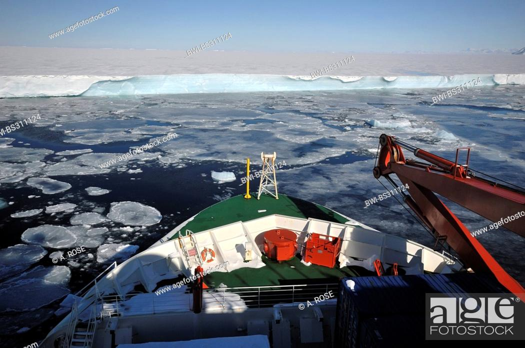 Imagen: panoramic view over the bow of a research vessel at the edge of the disintegrated iceshelf in the 'Larsen A' area, Antarctica.