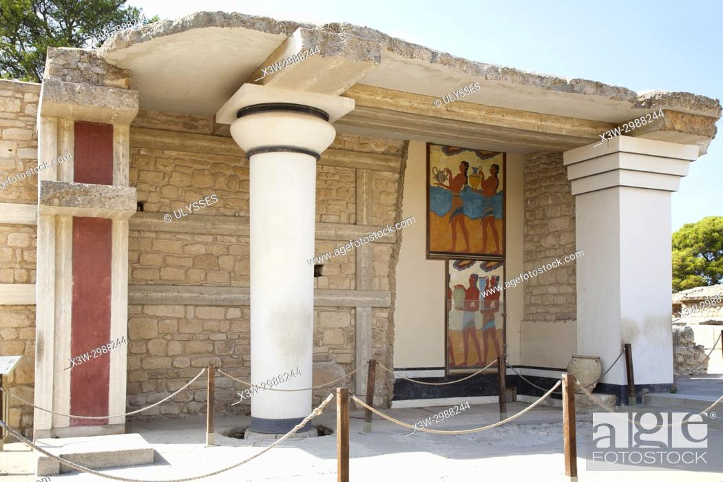 Imagen: South propylaeum, Cup bearer fresco and Procession fresco, Knossos palace archaeological site, Crete island, Greece, Europe.