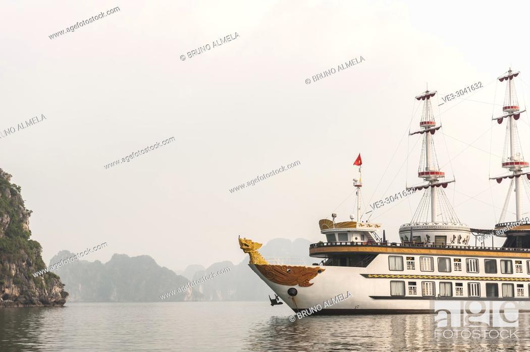 Imagen: Tourists vessel in the karst landscape of Ha Long Bay, Quang Ninh Province, Vietnam. Ha Long Bay is a UNESCO World Heritage Site.