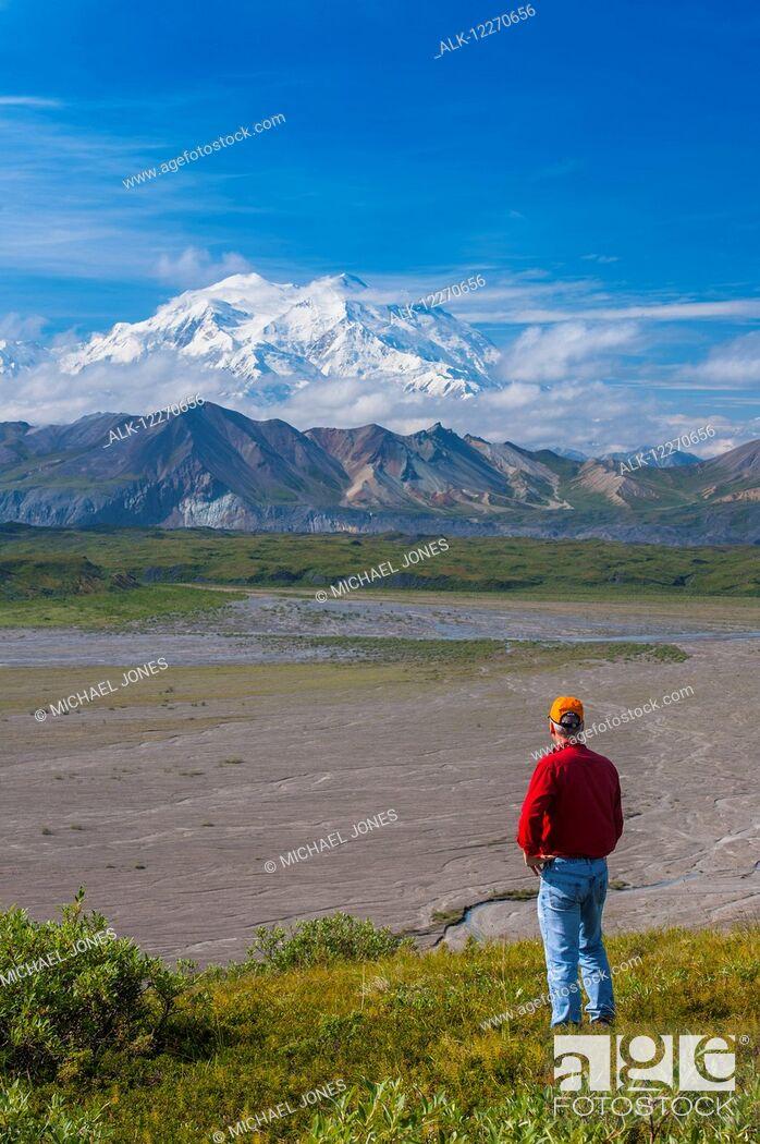Imagen: A man views Mt. McKinley from a hillside near the Eielson Visitor Center in Denali National Park, Interior Alaska, Summer.