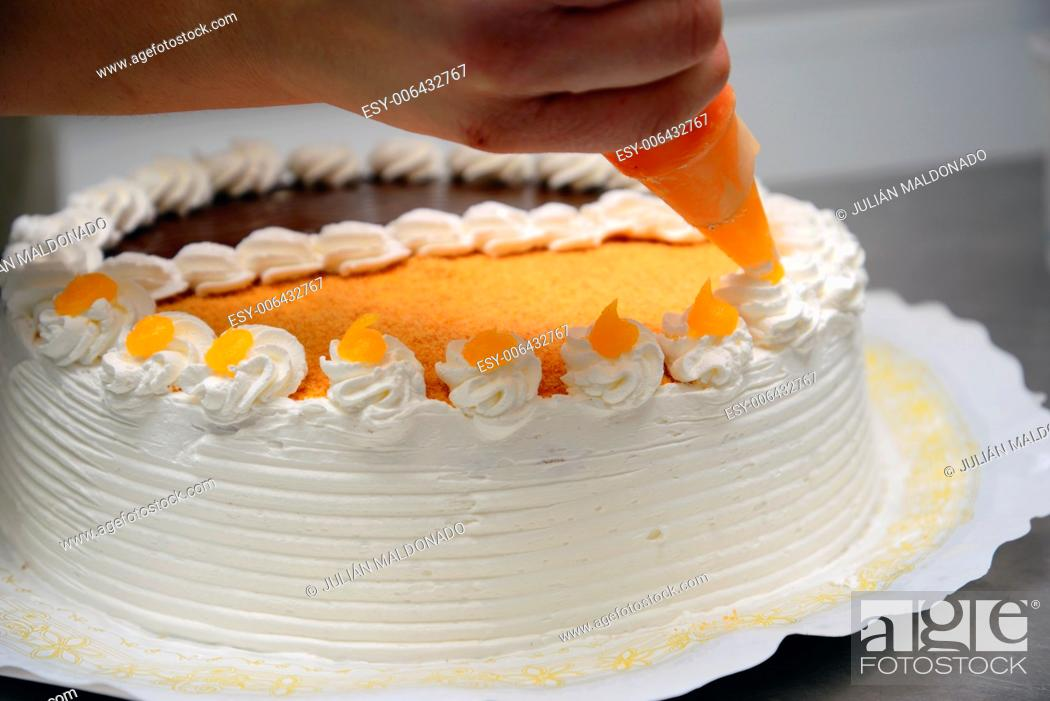 Imagen: Development and production in a traditional pastry of trastas, cakes and other products.