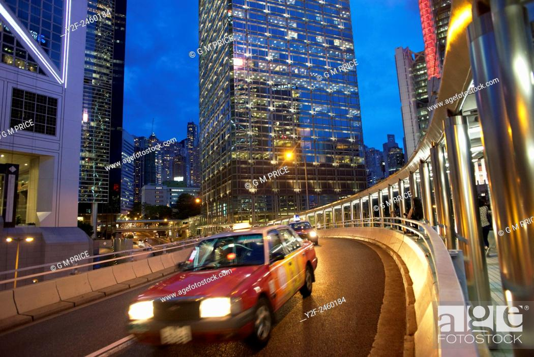 Imagen: dusk traffic on curved, elevated roadway in the Admiralty district, with sections of Bank of China Tower and Chung Kong Centre buildings, Hong Kong.