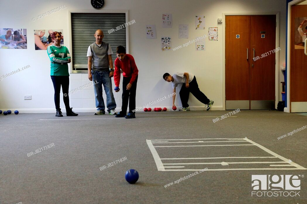 Imagen: Boys with visual impairments being taught Goalball at Mysight, Nottingham.