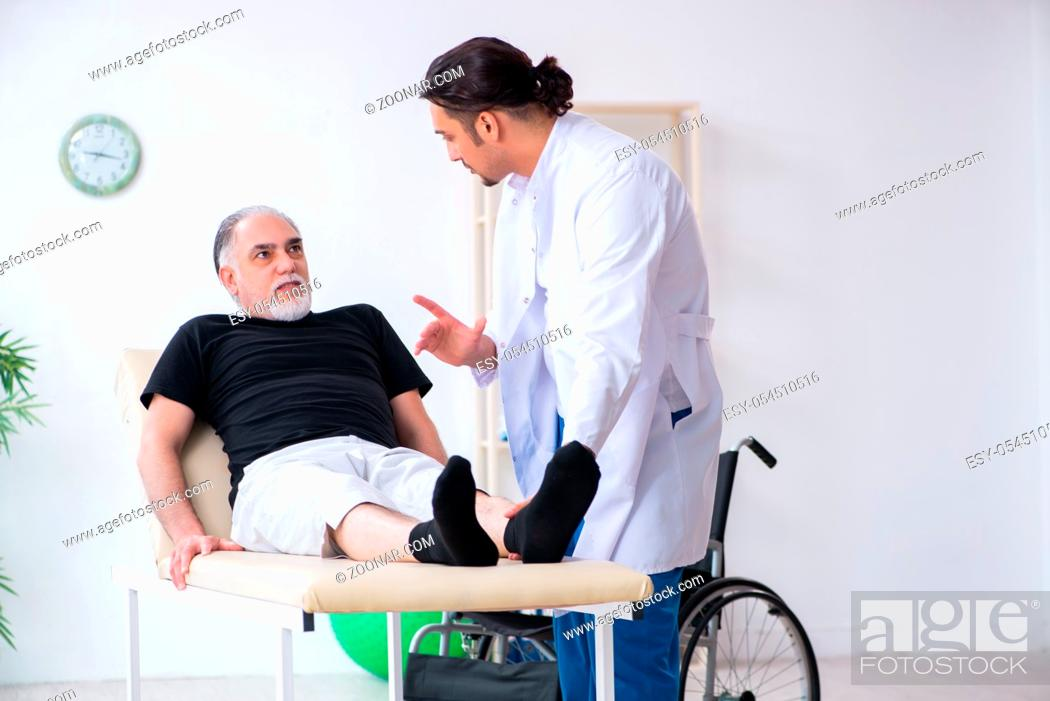 Imagen: The old injured man visiting young doctor.