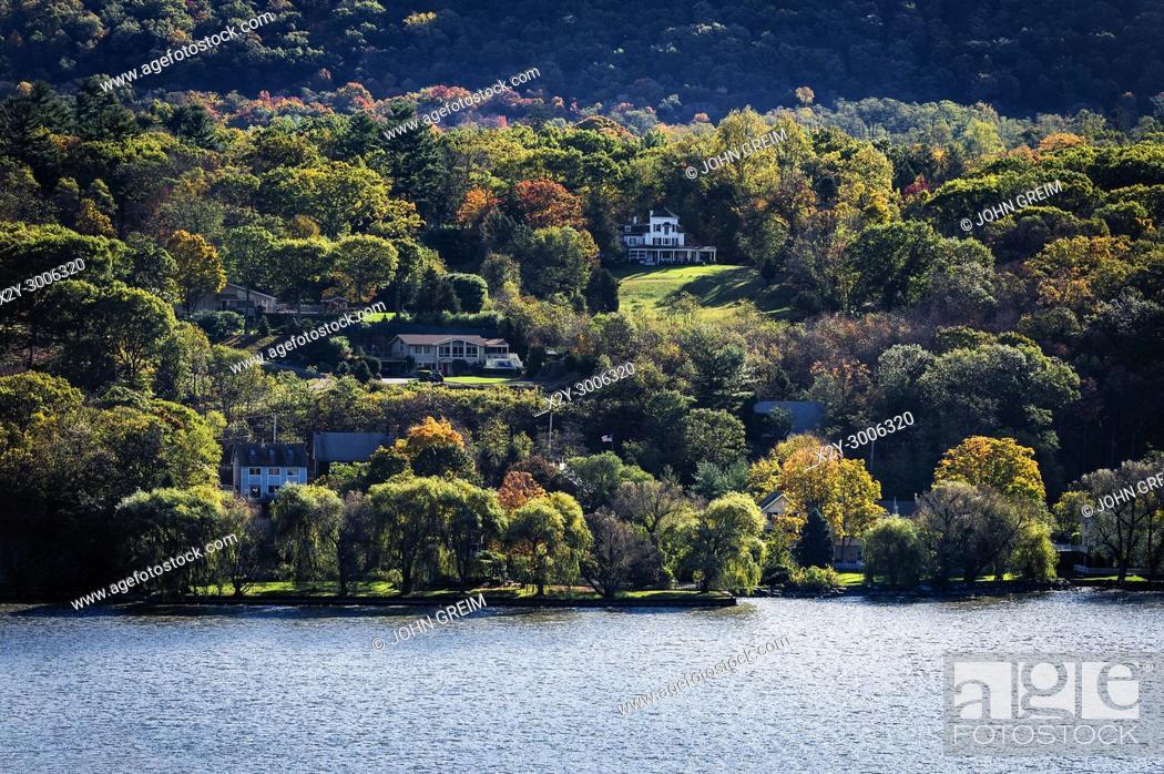 Stock Photo: Homes overlooking the Hudson River, Phiipstown, New York, USA.