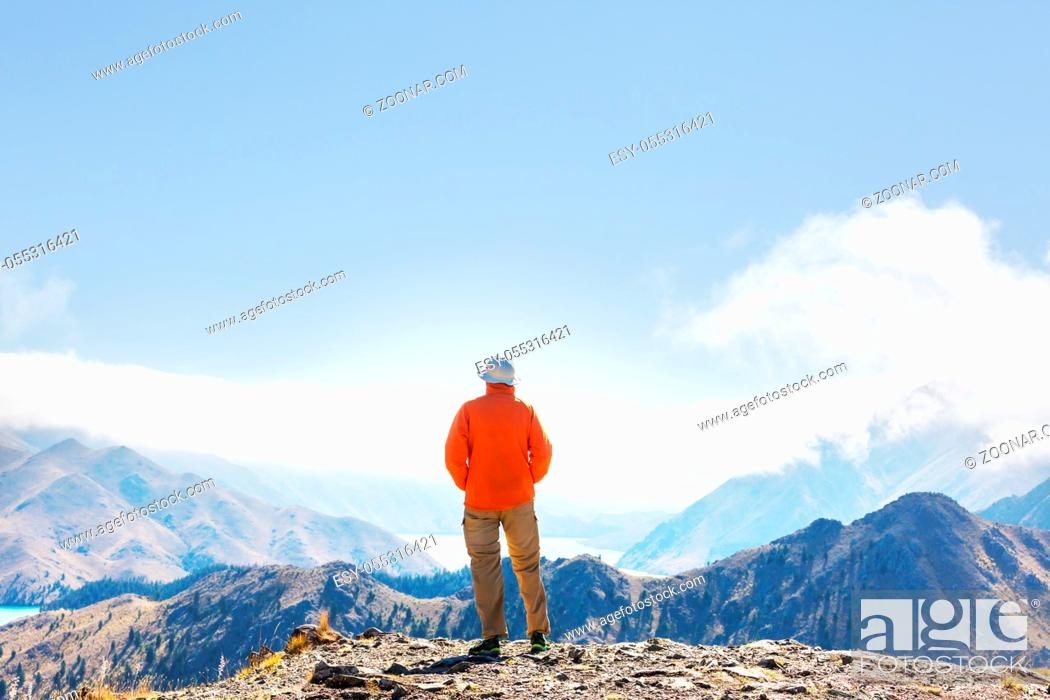 Photo de stock: Man walking on hike trail route with Mount Cook National Park, beautiful mountains region. Tramping, hiking, travel in New Zealand.