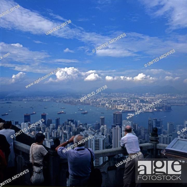 Imagen: Touristen fotografieren die Stadt Hongkong von einer Aussichtsplattform, Anfang 1980er Jahre. Tourists taking photos of the city of Hong Kong from a viewing.