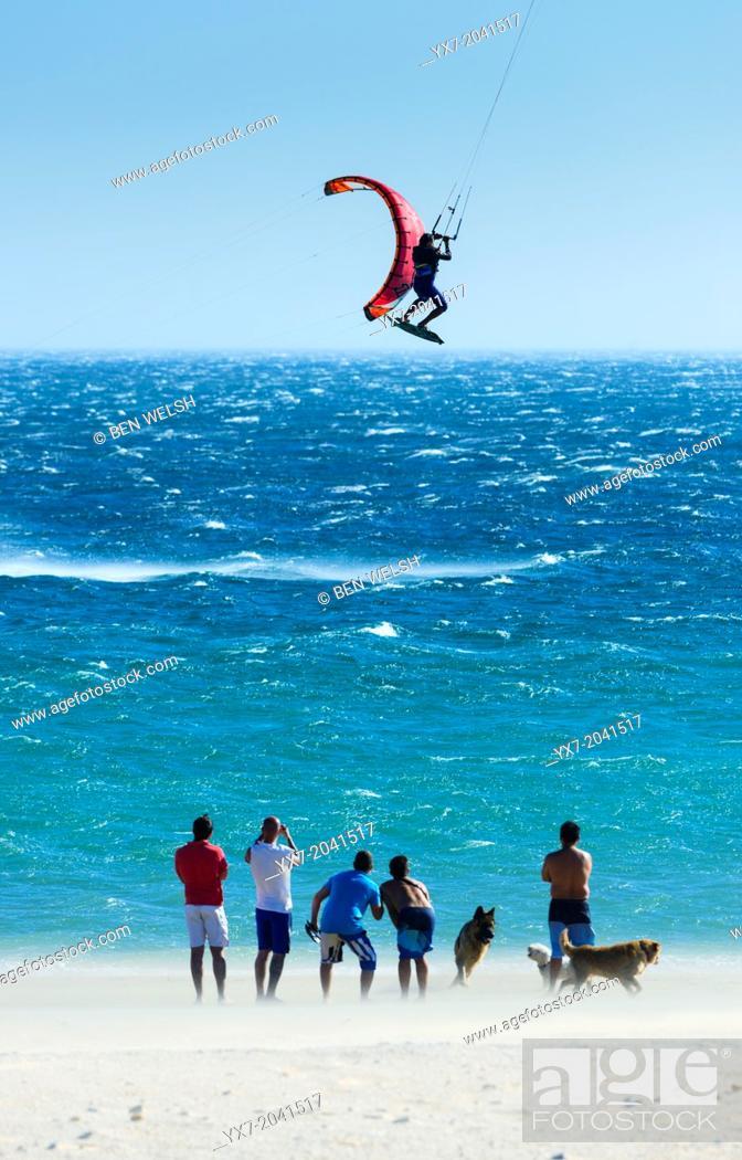 Imagen: Kitesurfing in Tarifa, Costa de la Luz, Cadiz, Andalusia, Spain.
