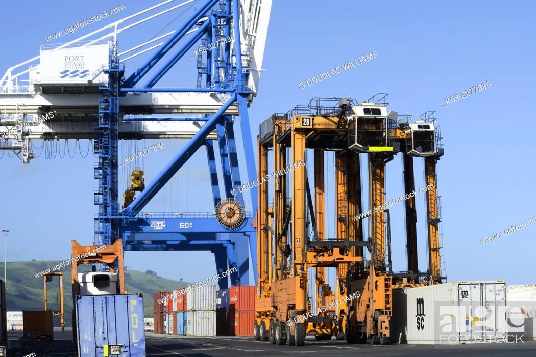 Imagen: Cranes in the port in Port Chalmers, New Zealand.