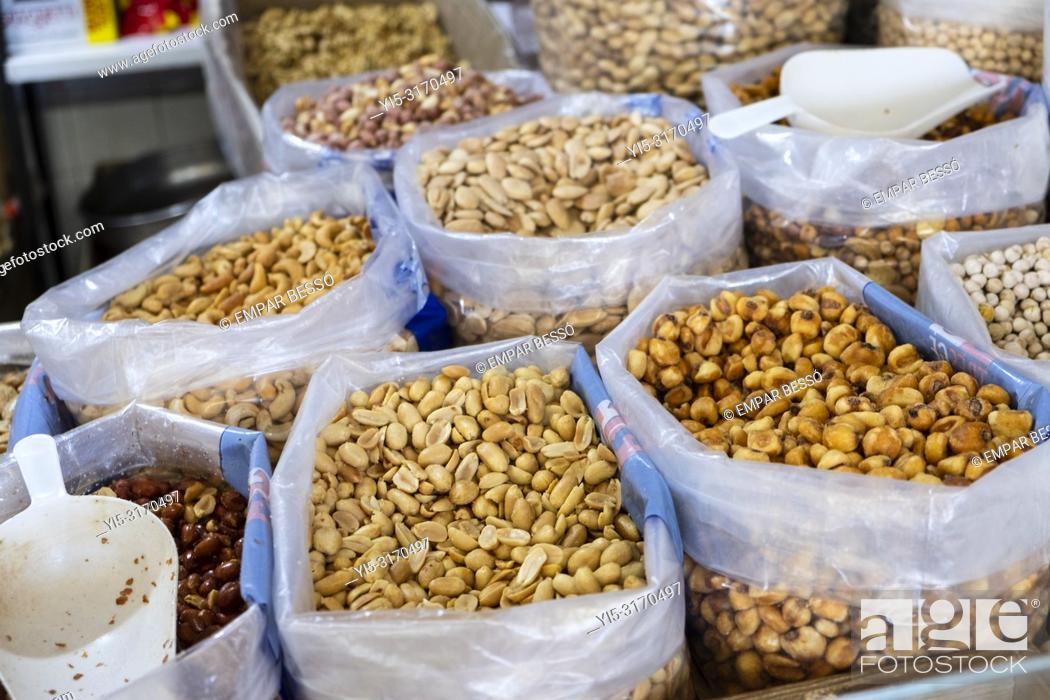 Imagen: Peanuts and quicos (toasted maize) for sale in market. Valencia, Spain.