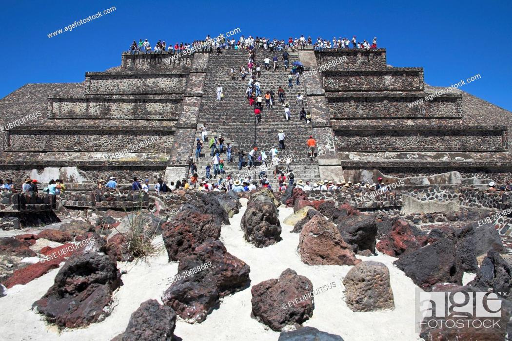 Imagen: Tourists, Pyramid of the Moon, Piramide de la Luna, Teotihuacan Archaeological Site.