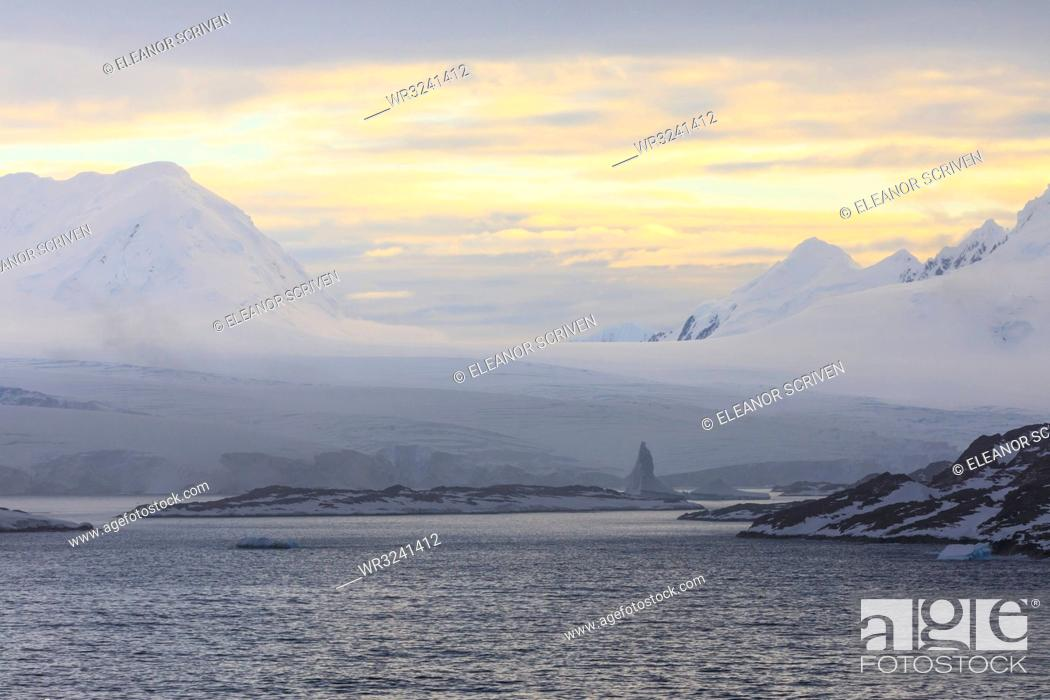 Imagen: Sunrise over misty mountains, tidewater glaciers and icebergs, Anvers Island, Antarctic Peninsula, Antarctica, Polar Regions.