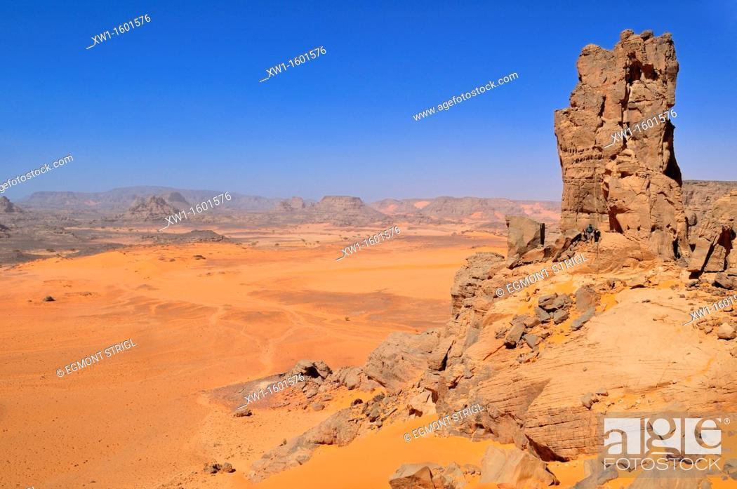 Imagen: people hiking in a sandstone rock formation, Tadrart, Tassili n' Ajjer National Park, Unesco World Heritage Site, Algeria, Sahara, North Africa.