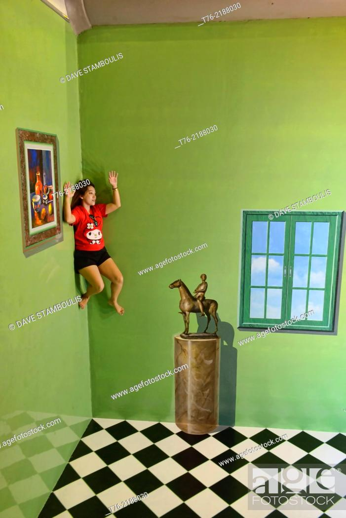 Imagen: Enjoying the art at the Art in Paradise gallery in Chiang Mai, Thailand.
