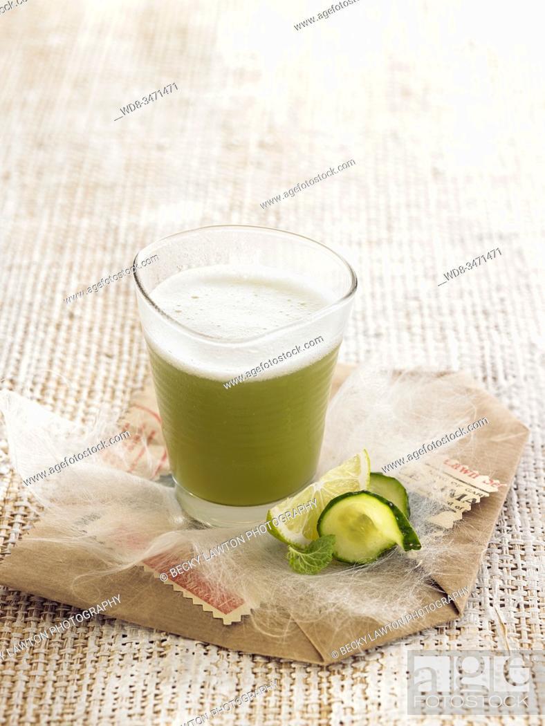 Stock Photo: zumo fresco pepino / fresh cucumber juice.
