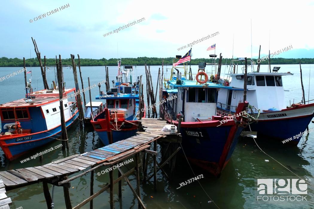 Imagen: Jetty and boat at Telaga Air, Matang, Sarawak, Malaysia.