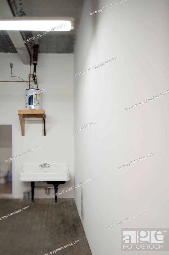 Imagen: Sink in Warehouse Washroom.