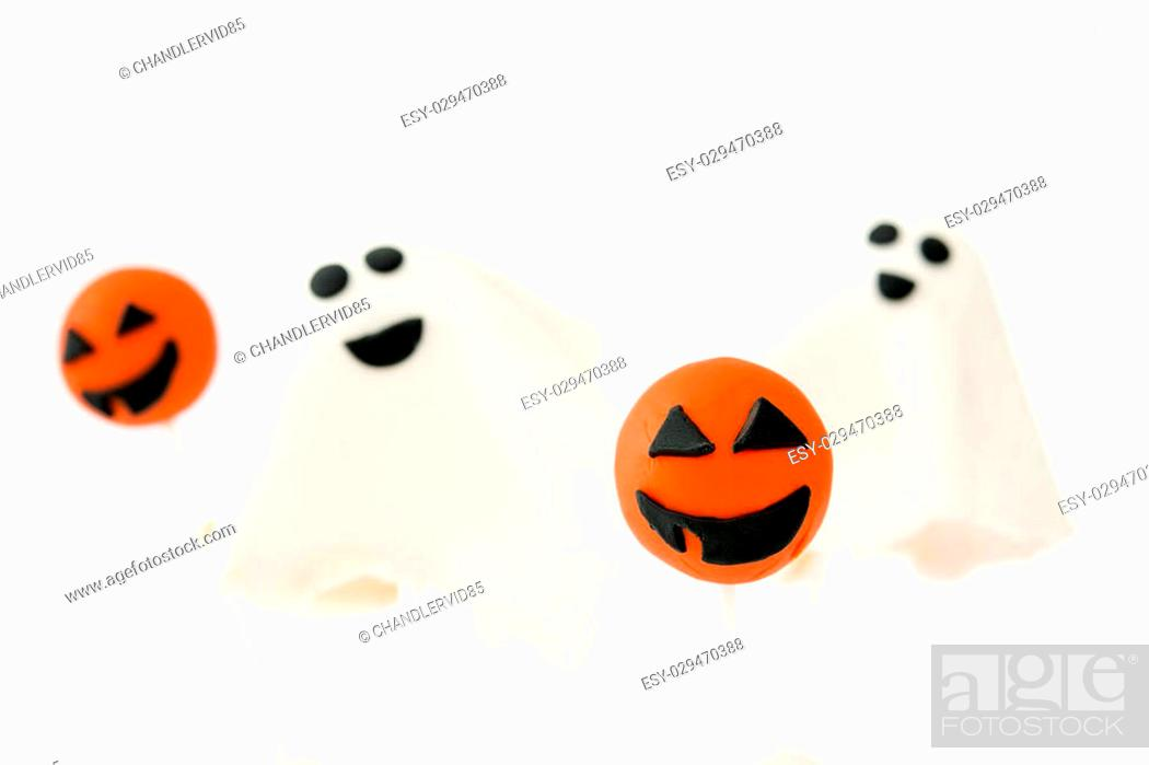 Imagen: Halloween cake pops with phantom and pumpkin shape isolated on white background.