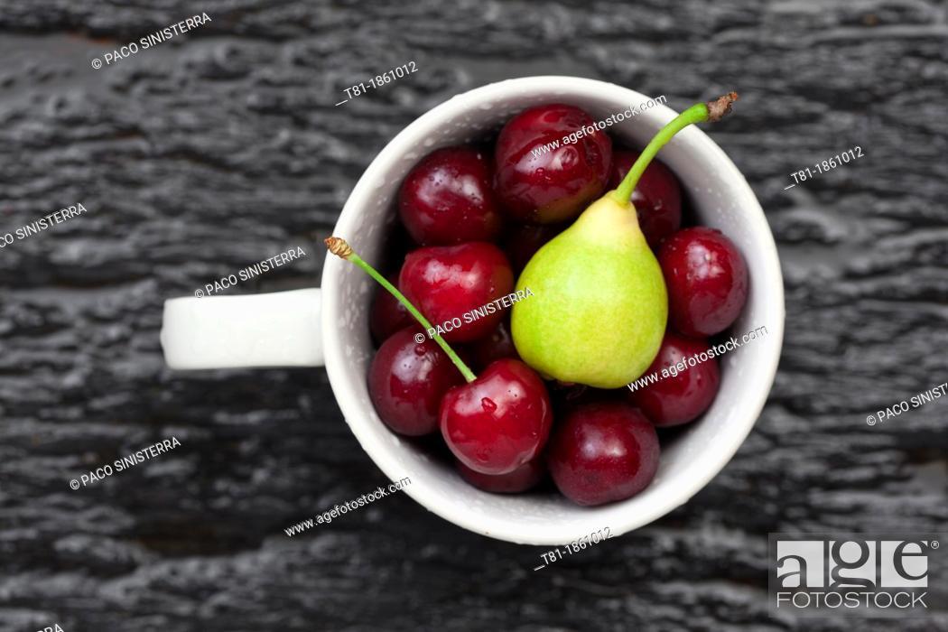 Imagen: rinsing fruits.