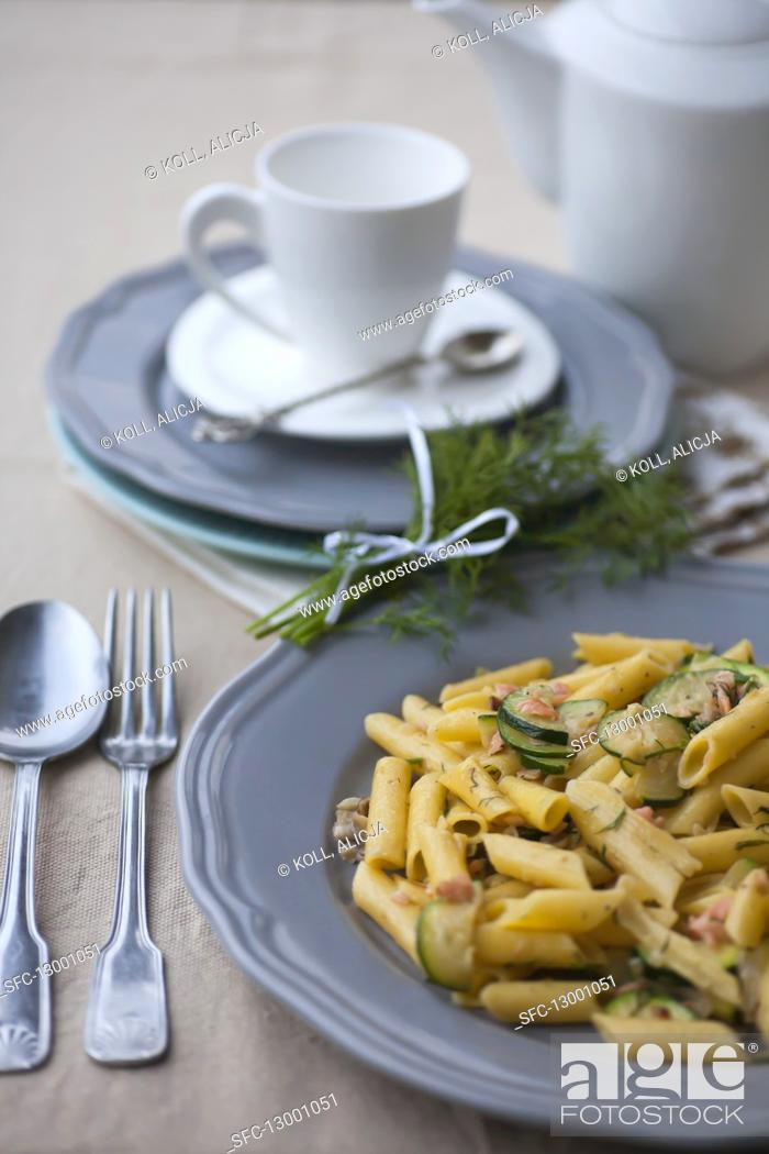 Imagen: Penne with salmon and zucchini.