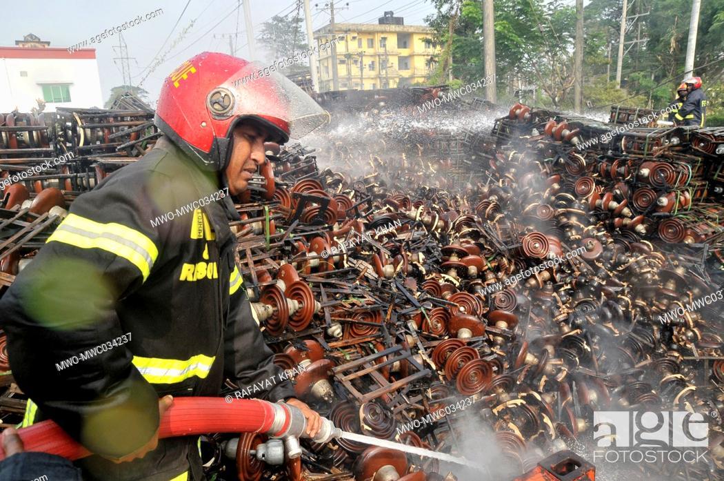 Imagen: Sylhet Bangladesh, 17th November 2020. Fire fighters dousing a massive fire at the Kumargaon Power Plant of Sylhet Sadar upazila.