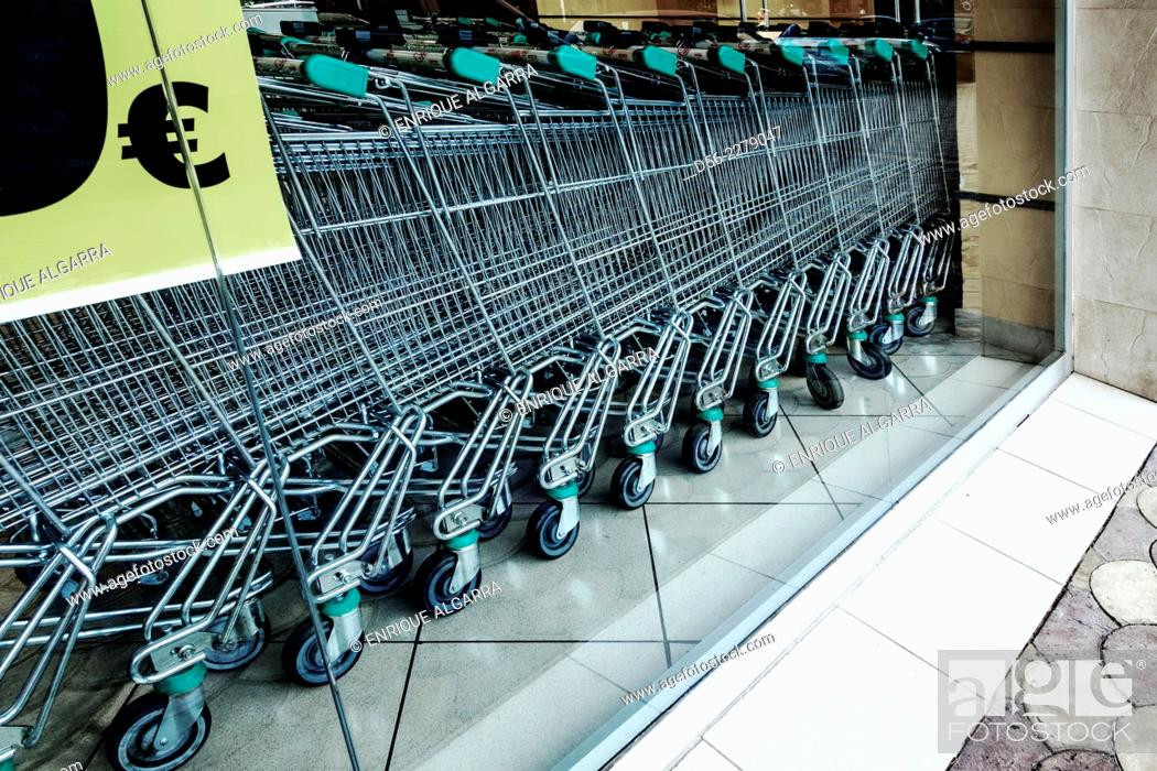 Imagen: shopping trolleys and money sign in a supermarket. Valencia, Spain.