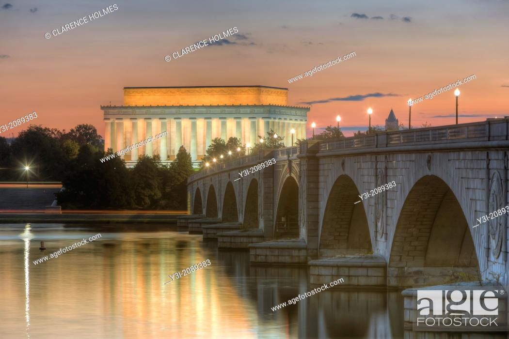 Imagen: The Arlington Memorial Bridge spans the Potomac River leading to the Lincoln Memorial shortly before sunrise.