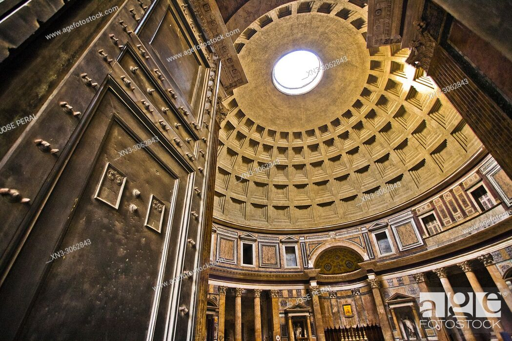 Imagen: Main entrance door, Pantheon, Pantheon's dome and oculus, Roman temple, Piazza della Rotonda square, Rome, Lazio, Italy, Europe.