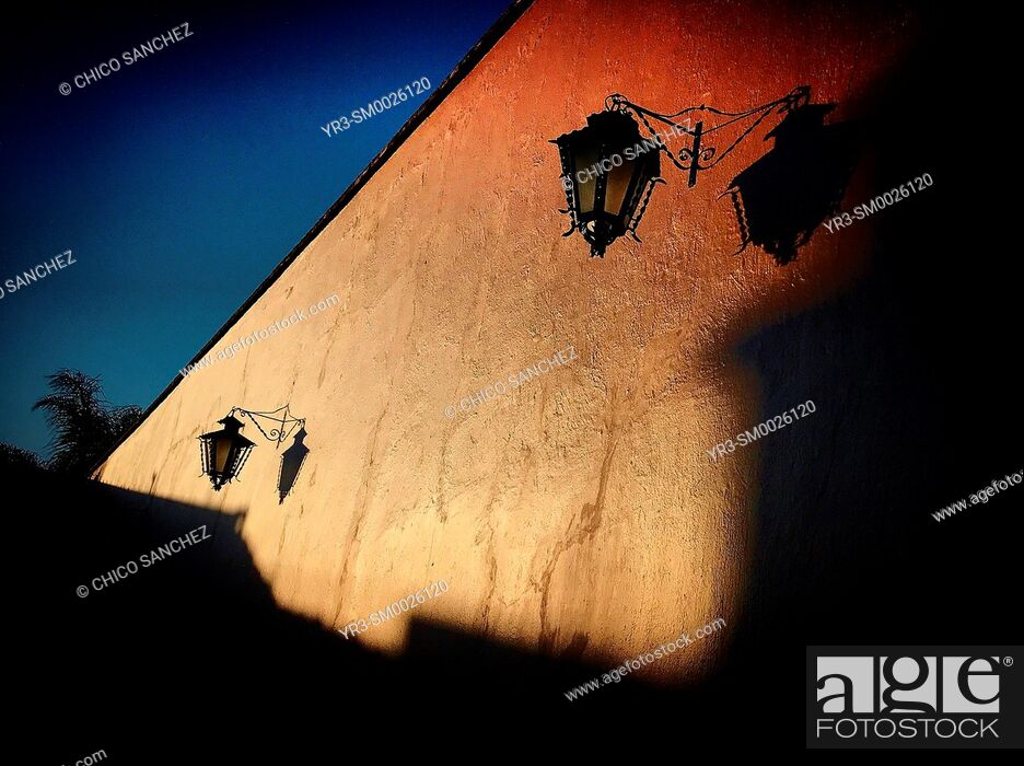 Imagen: The shadow of a lamp is cast in an orange wall in Tequisquiapan, Queretaro, Mexico.