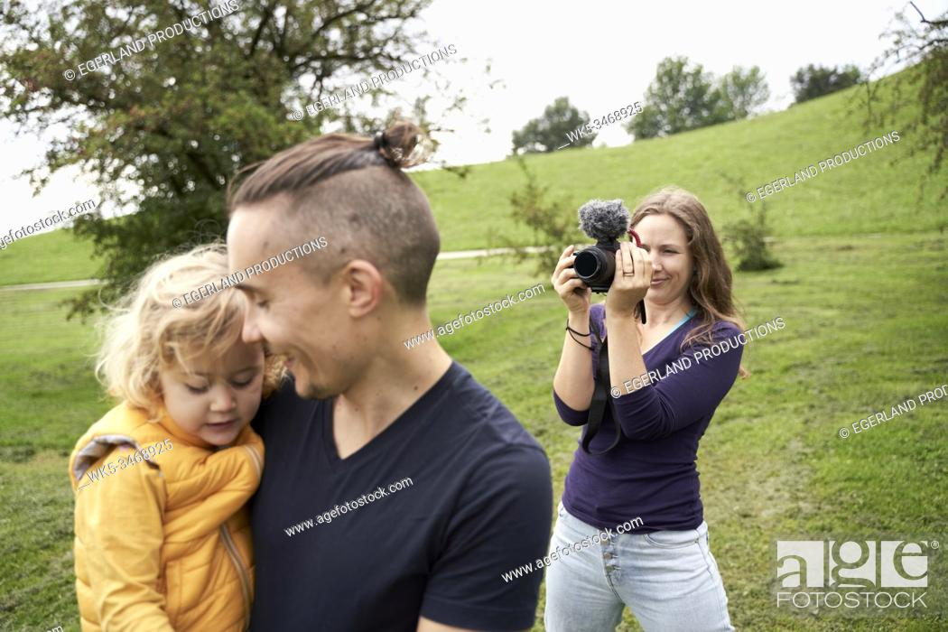 Imagen: Family in park, taking photos. Munich, Germany.