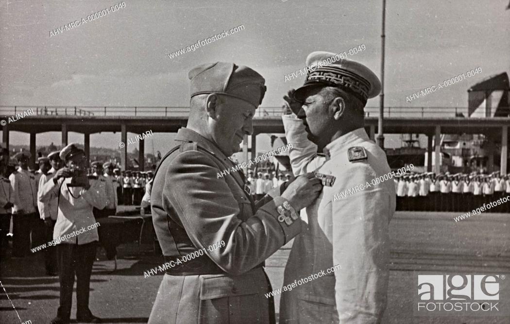 Imagen: Album Duce : Benito Mussolini pin on the chest Admiral Alberto Da Zara a reward for valor in the Battle of Pantelleria, shot 1942 by Fotoagenzia, Naples.