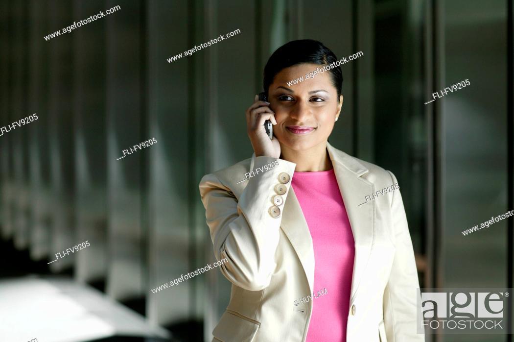 Imagen: Businesswoman on Cell Phone, Toronto, Ontario.