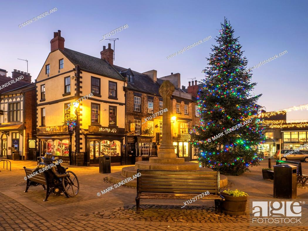 Imagen: Market Place at Dusk at Christmas Knaresborough North Yorkshire England.