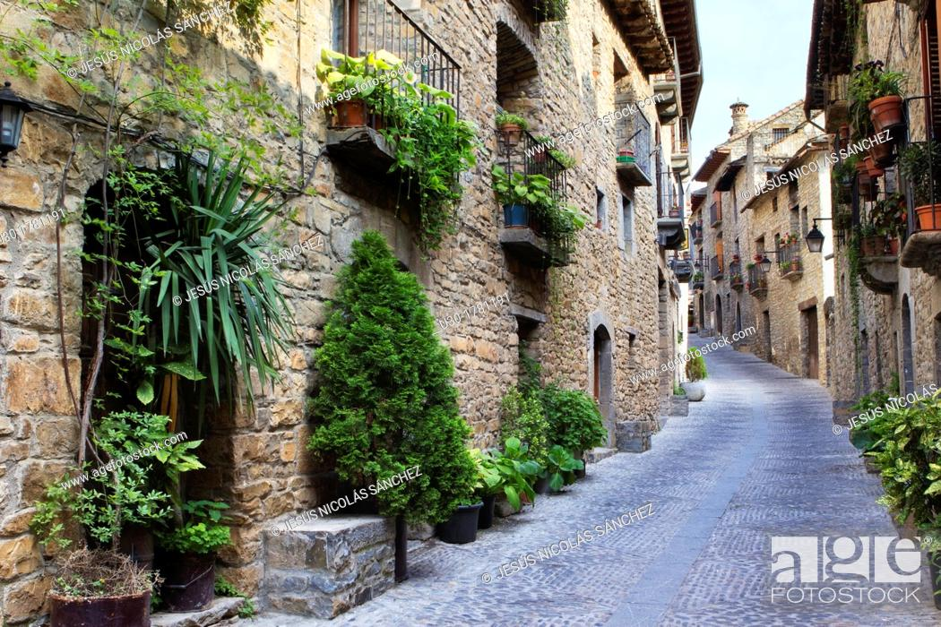 Imagen: Street in Aínsa, a medieval village in Sobrarbe region, declarated Historical-Artistic Site  Huesca, Aragón, Spain.