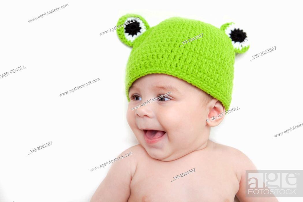 Imagen: Baby girl in frog hat.
