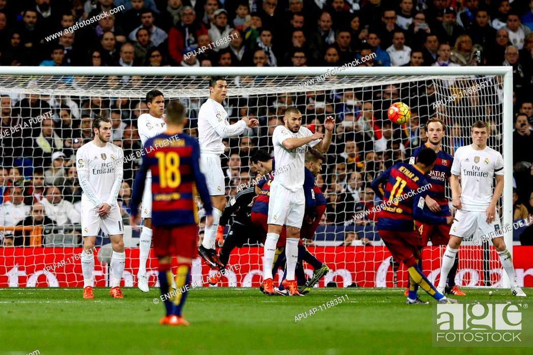 Stock Photo: 2015 La Liga Football Real Madrid v FC Barcelona Nov 21st. 21.11.2015. Madrid, Spain. Neymar Da Silva Santos Junior (11) FC Barcelona with the shot over the.