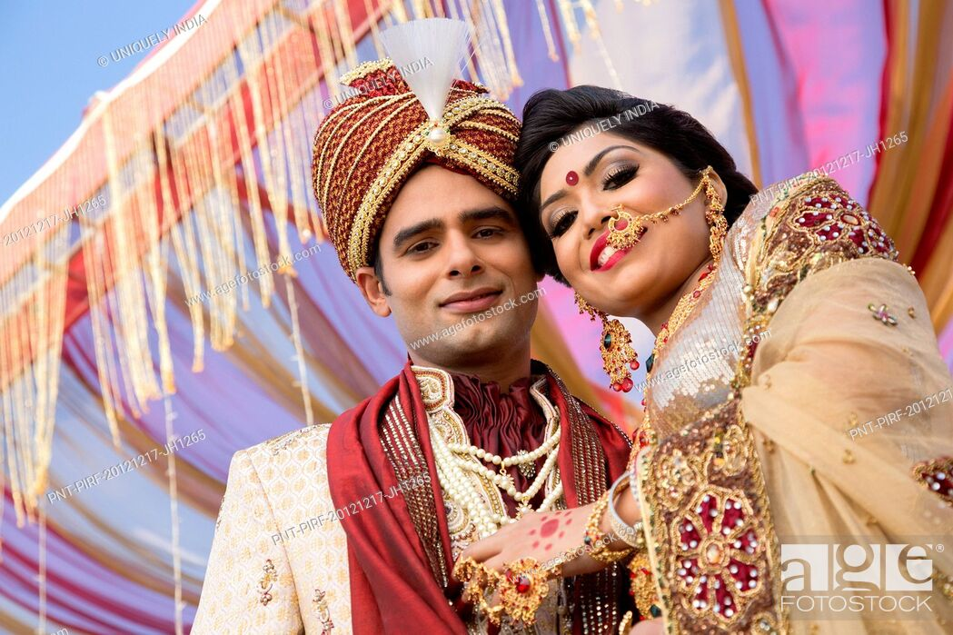 Imagen: Indian bride and groom in traditional wedding dress.