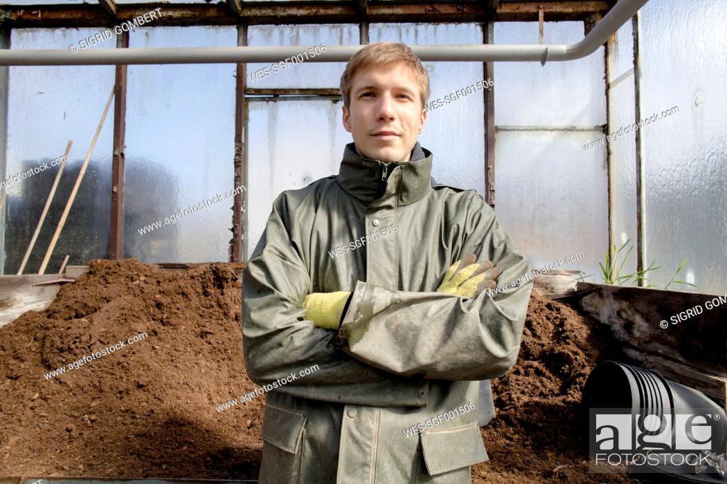 Imagen: Young gardener at work, filling mother soil.