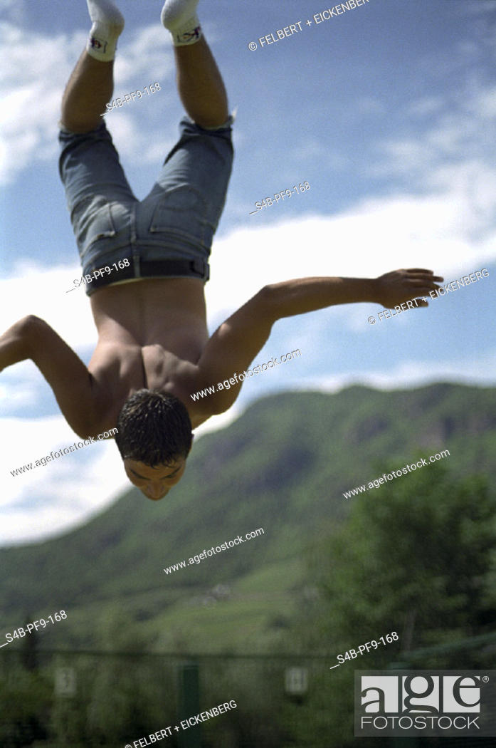 Stock Photo: Athletischer junger Mann springt kopfueber - Sport | Athletic Young Man Jumps Headlong - Sports | fully-released.