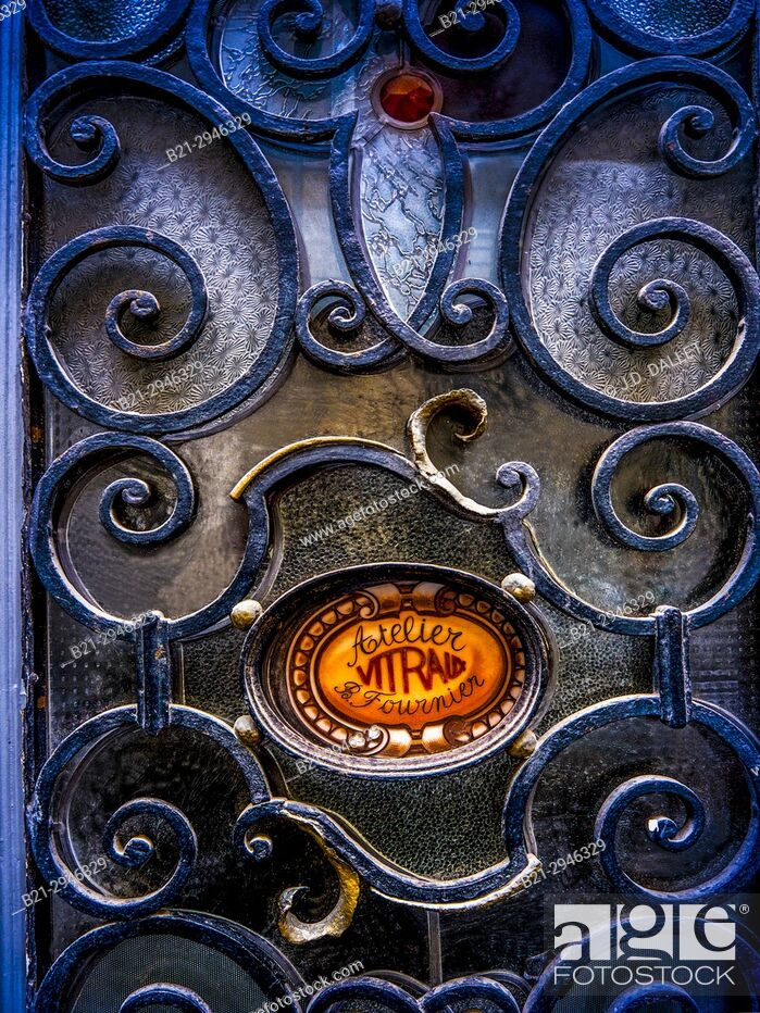 Stock Photo: France, Nouvelle Aquitaine, Gironde. building door, Saint Michel area, Bordeaux.