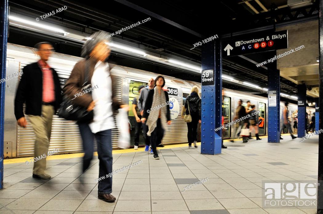 Stock Photo: Commuters at 59th Street & Columbus Circle subway platform, Broadway, Manhattan, New York City, USA.