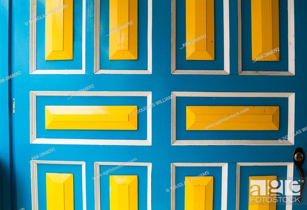 Imagen: Colourful door in Filandia, Colombia, South America.