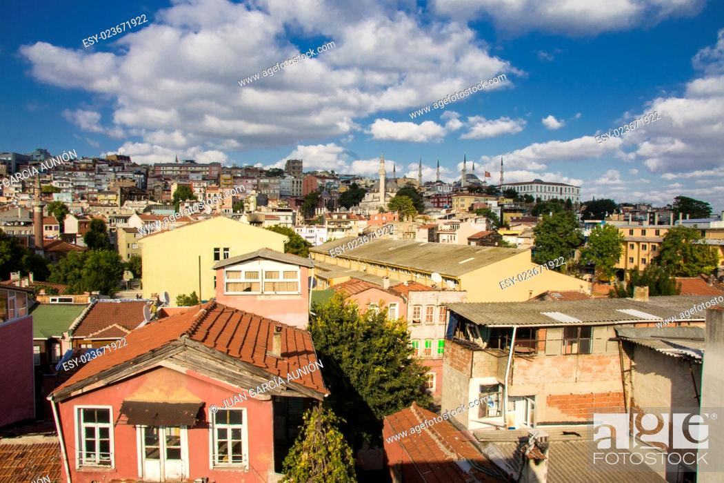 Imagen: Colorful houses of Sultanahmet district, Istanbul, Turkey. City's hills near the channel of the Bosphorus.