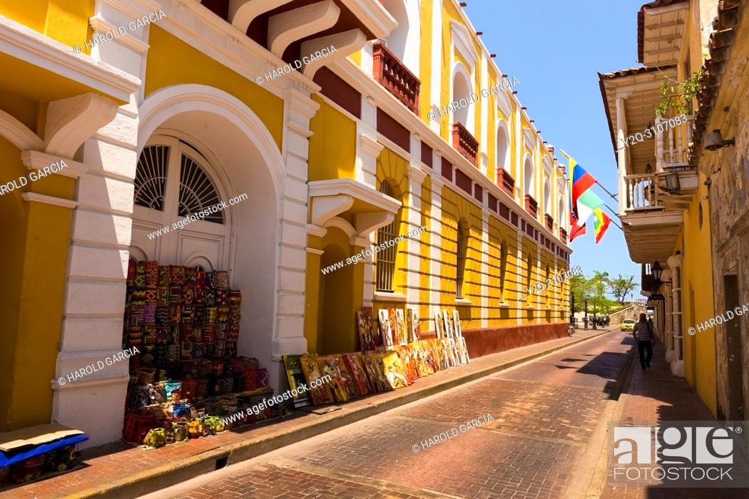 Imagen: Streets of colonial houses with handicrafts of street vendors in the ancient walled city of Cartagena de Indias. UNESCO's historical heritage of humanity.