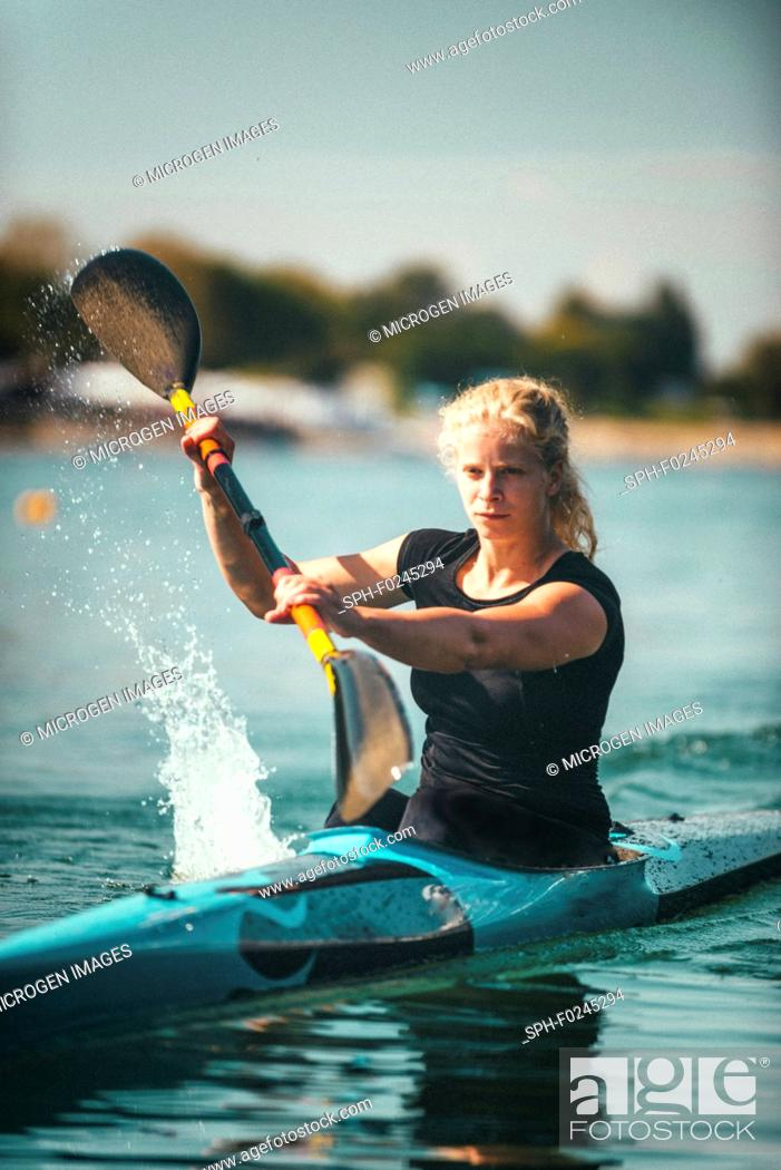 Photo de stock: Female kayaker training on lake.