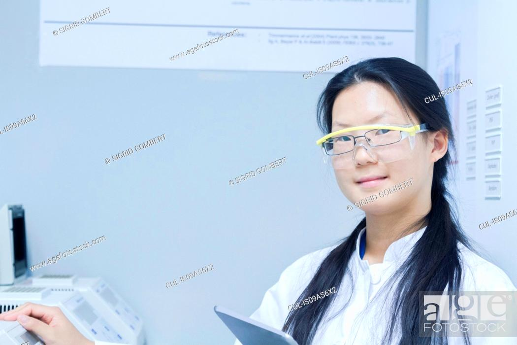 Imagen: Portrait of female scientist with digital tablet in laboratory.