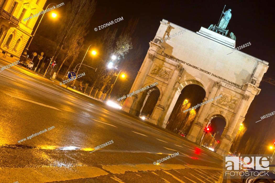 Stock Photo: Siegestor in München bei Nacht.